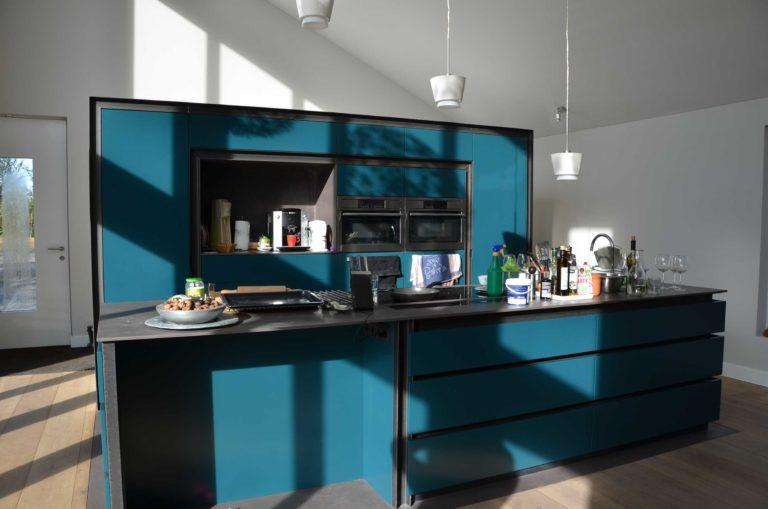 drijvers-oisterwijk-nieuwbouw-pui-interieur-keuken-eiland-greeplijst-zwarrt-donker-grijs-blauw-hout-fronten-gietvloer (3)