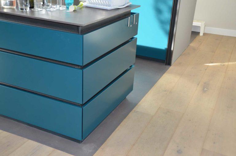 drijvers-oisterwijk-nieuwbouw-pui-interieur-keuken-eiland-greeplijst-zwarrt-donker-grijs-blauw-hout-fronten-gietvloer (4)