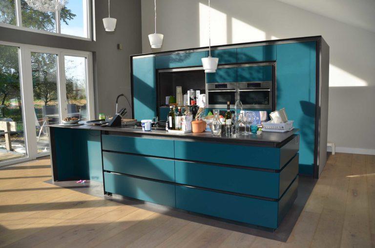 drijvers-oisterwijk-nieuwbouw-pui-interieur-keuken-eiland-greeplijst-zwarrt-donker-grijs-blauw-hout-fronten-gietvloer (5)