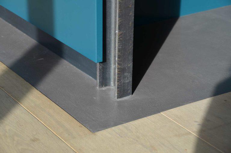 drijvers-oisterwijk-nieuwbouw-pui-interieur-keuken-eiland-greeplijst-zwarrt-donker-grijs-blauw-hout-fronten-gietvloer (6)