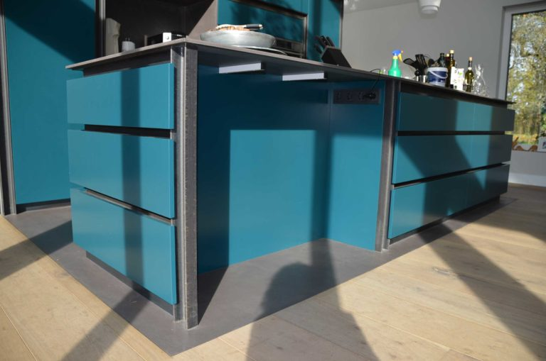 drijvers-oisterwijk-nieuwbouw-pui-interieur-keuken-eiland-greeplijst-zwarrt-donker-grijs-blauw-hout-fronten-gietvloer (7)
