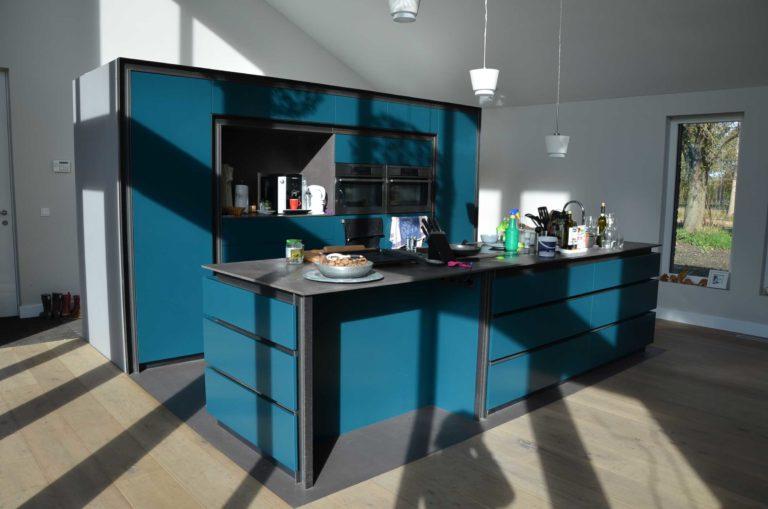 drijvers-oisterwijk-nieuwbouw-pui-interieur-keuken-eiland-greeplijst-zwarrt-donker-grijs-blauw-hout-fronten-gietvloer (8)