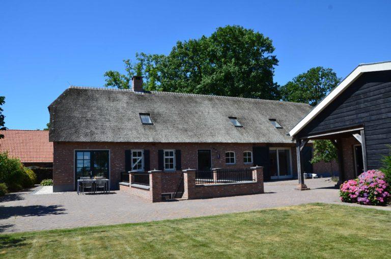 drijvers-oisterwijk-exterieur-boerderij-nieuwbouw-bakstenen-riet-dak-houten-gevel-spant-pannendak-restauratie-traditioneel-landelijk (1)