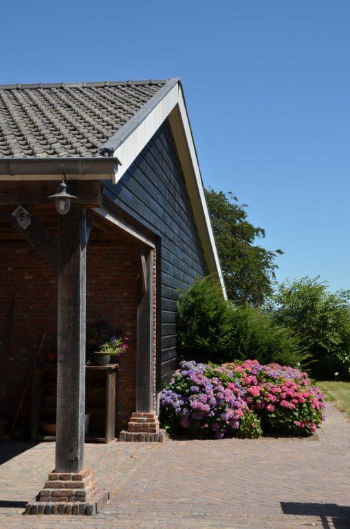drijvers-oisterwijk-exterieur-boerderij-nieuwbouw-bakstenen-riet-dak-houten-gevel-spant-pannendak-restauratie-traditioneel-landelijk (10)