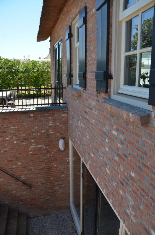 drijvers-oisterwijk-exterieur-boerderij-nieuwbouw-bakstenen-riet-dak-houten-gevel-spant-pannendak-restauratie-traditioneel-landelijk (12)