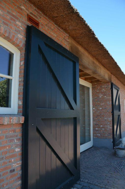 drijvers-oisterwijk-exterieur-boerderij-nieuwbouw-bakstenen-riet-dak-houten-gevel-spant-pannendak-restauratie-traditioneel-landelijk (14)