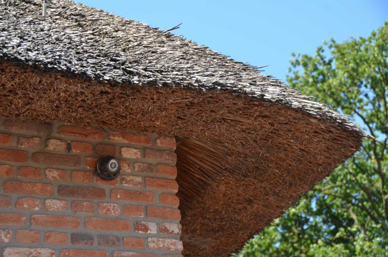 drijvers-oisterwijk-exterieur-boerderij-nieuwbouw-bakstenen-riet-dak-houten-gevel-spant-pannendak-restauratie-traditioneel-landelijk (16)