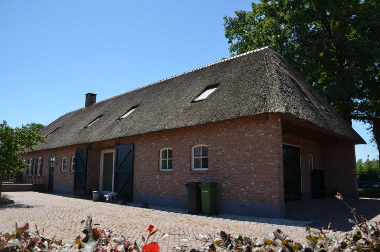 drijvers-oisterwijk-exterieur-boerderij-nieuwbouw-bakstenen-riet-dak-houten-gevel-spant-pannendak-restauratie-traditioneel-landelijk (17)