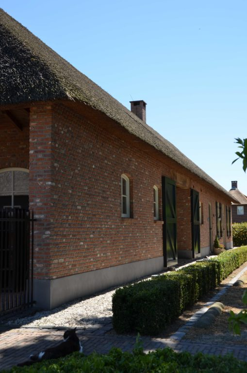 drijvers-oisterwijk-exterieur-boerderij-nieuwbouw-bakstenen-riet-dak-houten-gevel-spant-pannendak-restauratie-traditioneel-landelijk (18)