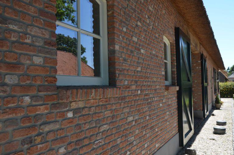 drijvers-oisterwijk-exterieur-boerderij-nieuwbouw-bakstenen-riet-dak-houten-gevel-spant-pannendak-restauratie-traditioneel-landelijk (19)