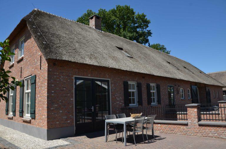 drijvers-oisterwijk-exterieur-boerderij-nieuwbouw-bakstenen-riet-dak-houten-gevel-spant-pannendak-restauratie-traditioneel-landelijk (5)