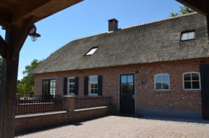 drijvers-oisterwijk-exterieur-boerderij-nieuwbouw-bakstenen-riet-dak-houten-gevel-spant-pannendak-restauratie-traditioneel-landelijk (9)