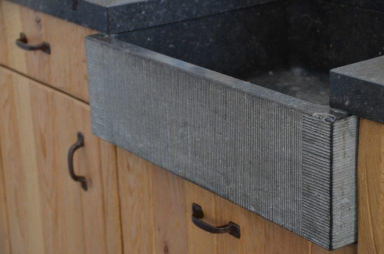 drijvers-oisterwijk-restauratie-interieur-keuken-aanrecht-gootsteen-beton-fronten-landelijk-traditioneel-hout-wit-groen (12)