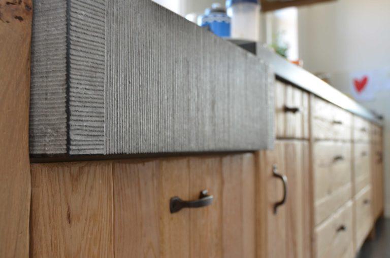 drijvers-oisterwijk-restauratie-keuken-aanrecht-gootsteen-fronten-beton-interieur-landelijk-traditioneel-hout-wit-groen (13)