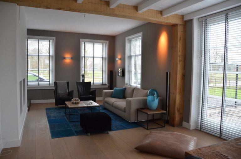 drijvers-oisterwijk-interieur-zitkamer-vloerkleed-verlichting-modern-landelijk-traditioneel-houten-spant-boerderij-villa-nieuwbouw- (1)