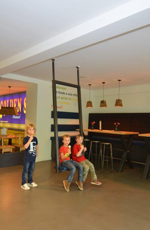 drijvers-oisterwijk-ijssalon-tilburg-modern-kleurrijk-hout-bar-gezellig-schommel (1)-min