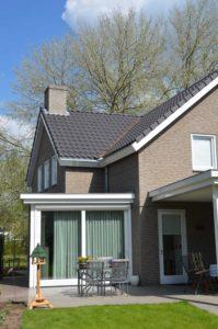 drijvers-oisterwijk-nieuwbouw-exterieur-bakstenen-pannendak-ramen-deuren-carport-schoorsteen-serre (2)