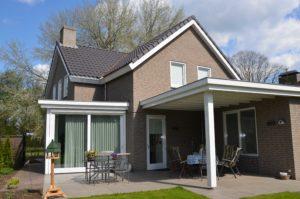 drijvers-oisterwijk-nieuwbouw-exterieur-bakstenen-pannendak-ramen-deuren-carport-schoorsteen-serre (5)