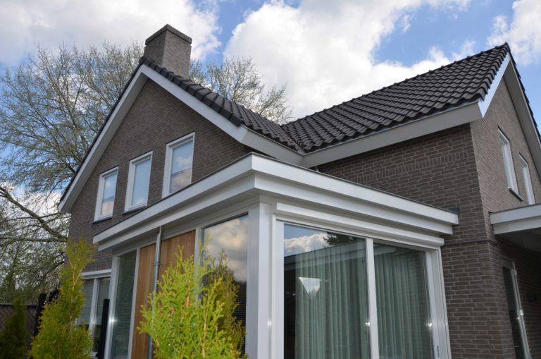 drijvers-oisterwijk-nieuwbouw-exterieur-bakstenen-pannendak-ramen-deuren-carport-schoorsteen-serre (6)