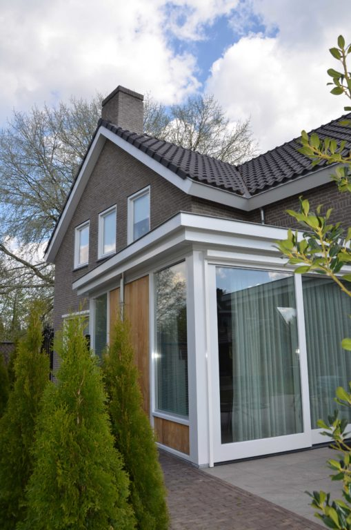 drijvers-oisterwijk-nieuwbouw-exterieur-bakstenen-pannendak-ramen-deuren-carport-schoorsteen-serre (7)