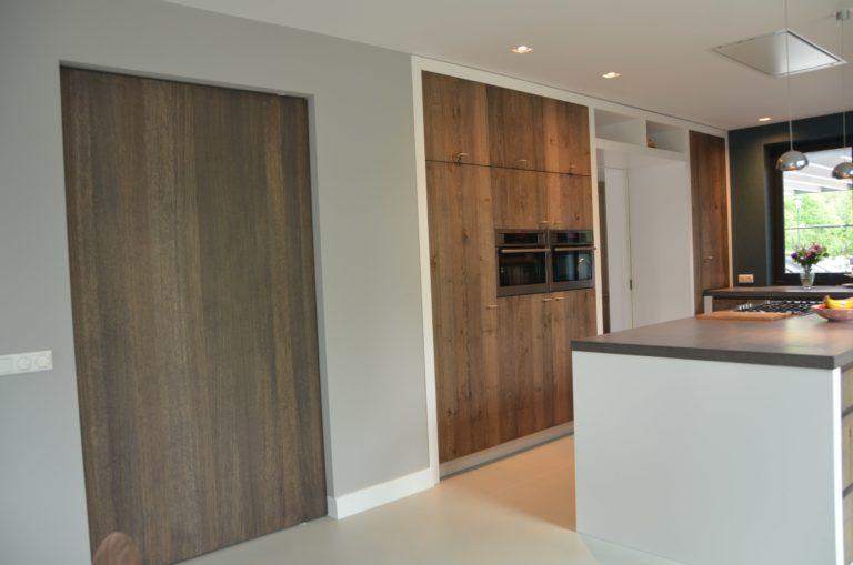 drijvers-oisterwijk-boerderij-villa-keuken-modern-landelijk-hout-interieur-nieuwbouw-licht (11)-min