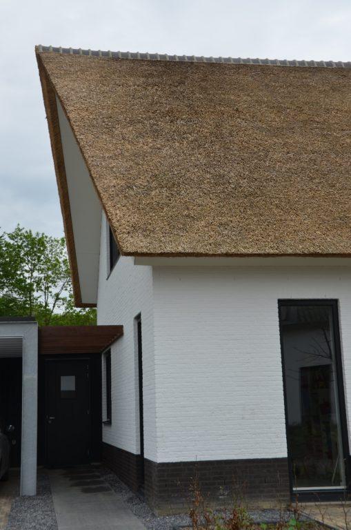 drijvers-oisterwijk-boerderij-villa-wit- geverfd-baksteen-riet-ramen-exterieur-nieuwbouw (1)-min