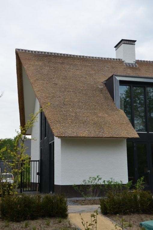 drijvers-oisterwijk-boerderij-villa-wit- geverfd-baksteen-riet-ramen-exterieur-nieuwbouw (2)-min