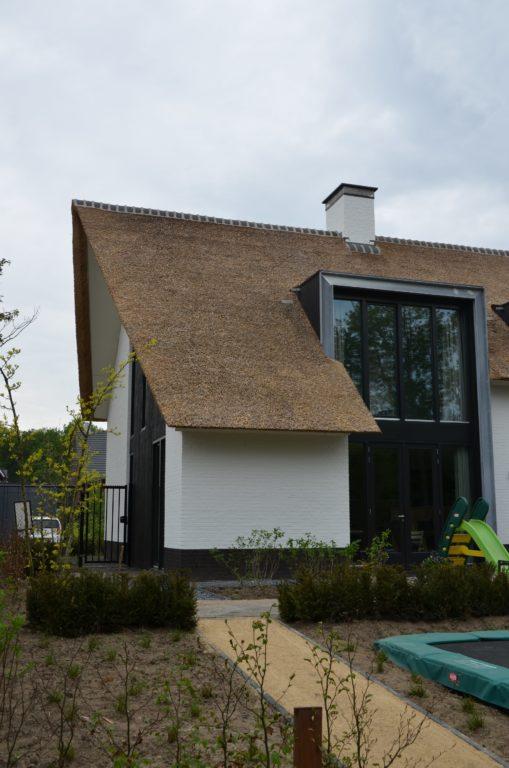 drijvers-oisterwijk-boerderij-villa-wit- geverfd-baksteen-riet-ramen-exterieur-nieuwbouw (3)-min