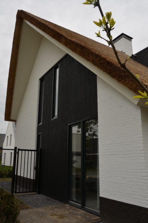 drijvers-oisterwijk-boerderij-villa-wit- geverfd-baksteen-riet-ramen-exterieur-nieuwbouw (4)-min