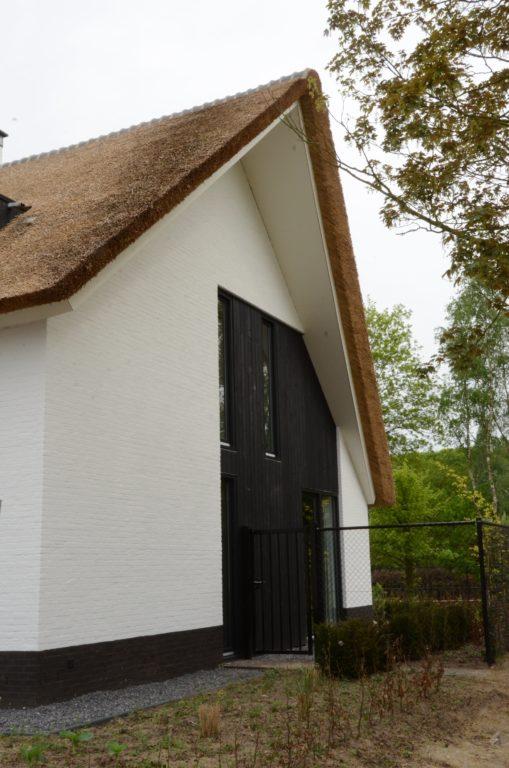 drijvers-oisterwijk-boerderij-villa-wit- geverfd-baksteen-riet-ramen-exterieur-nieuwbouw (7)-min