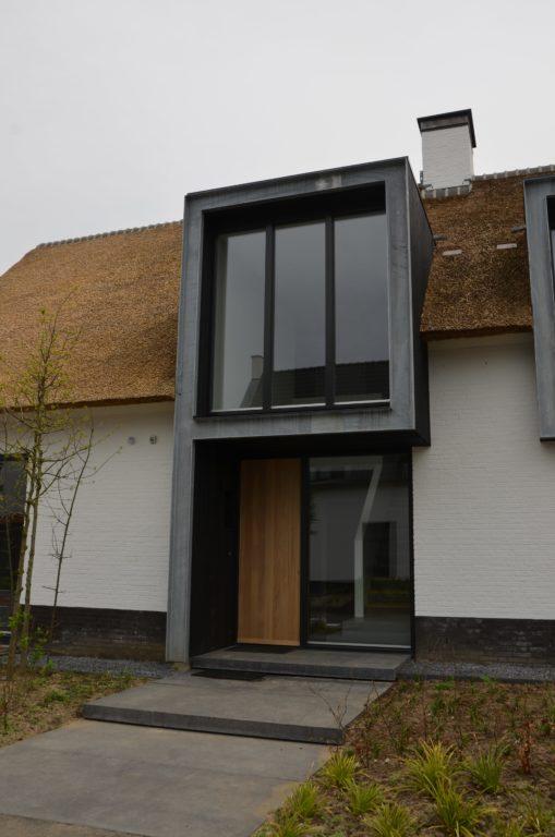 drijvers-oisterwijk-boerderij-villa-wit- geverfd-baksteen-riet-ramen-exterieur-nieuwbouw (9)-min