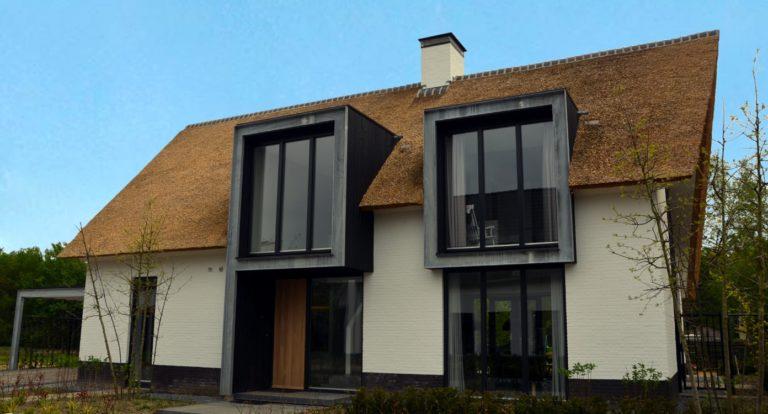 drijvers-oisterwijk-boerderij-villa-wit- geverfd-baksteen-riet-ramen-exterieur-nieuwbouw-blauwe-lucht (1)-min