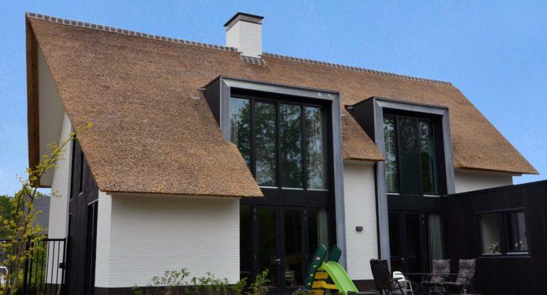 drijvers-oisterwijk-boerderij-villa-wit- geverfd-baksteen-riet-ramen-exterieur-nieuwbouw-blauwe-lucht (10)-min