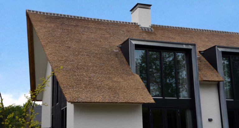 drijvers-oisterwijk-boerderij-villa-wit- geverfd-baksteen-riet-ramen-exterieur-nieuwbouw-blauwe-lucht (11)-min