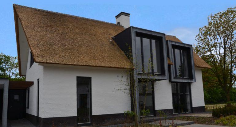 drijvers-oisterwijk-boerderij-villa-wit- geverfd-baksteen-riet-ramen-exterieur-nieuwbouw-blauwe-lucht (2)-min