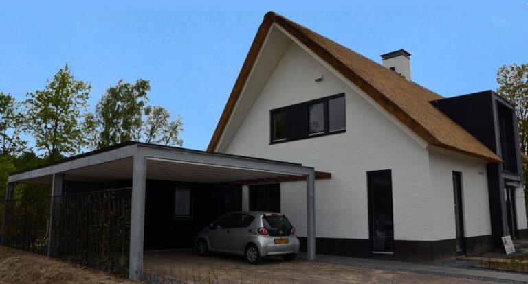 drijvers-oisterwijk-boerderij-villa-wit- geverfd-baksteen-riet-ramen-exterieur-nieuwbouw-blauwe-lucht (3)-min