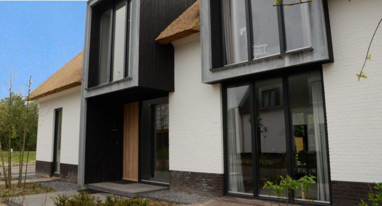 drijvers-oisterwijk-boerderij-villa-wit- geverfd-baksteen-riet-ramen-exterieur-nieuwbouw-blauwe-lucht (4)-min