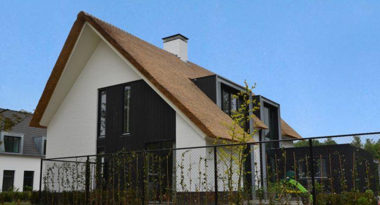 drijvers-oisterwijk-boerderij-villa-wit- geverfd-baksteen-riet-ramen-exterieur-nieuwbouw-blauwe-lucht (6)-min