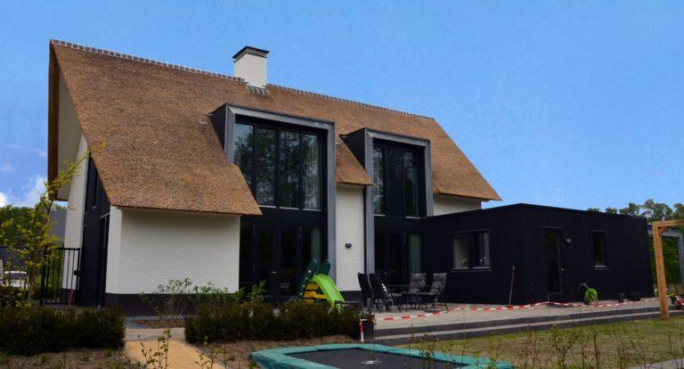 drijvers-oisterwijk-boerderij-villa-wit- geverfd-baksteen-riet-ramen-exterieur-nieuwbouw-blauwe-lucht (9)-min