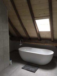 drijvers-oisterwijk-interieur-bad-houten-spant-schoon-metselwerk-gietvloer-wit-stucwerk-verlichting-lichtplan-boerderij-landelijk-modern (11)