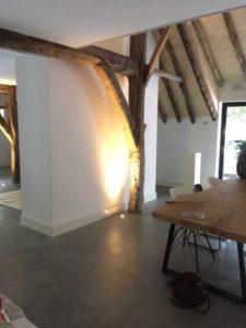 drijvers-oisterwijk-interieur-houten-spant-schoon-metselwerk-gietvloer-wit-stucwerk-verlichting-lichtplan-boerderij-landelijk-modern (12)