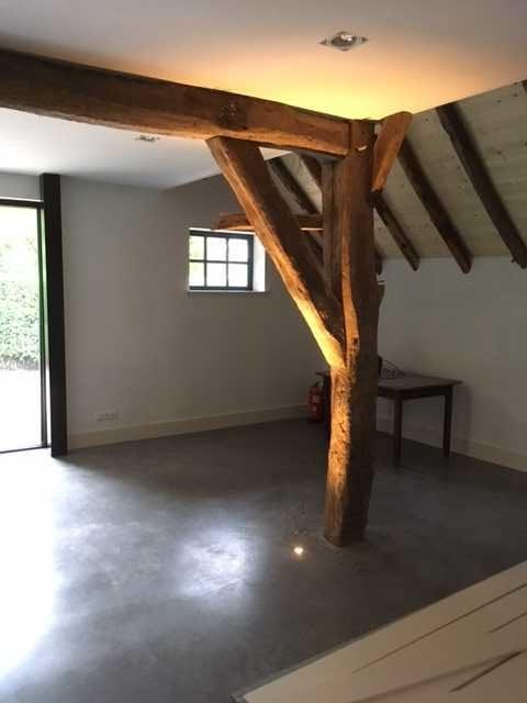 drijvers-oisterwijk-interieur-houten-spant-schoon-metselwerk-gietvloer-wit-stucwerk-verlichting-lichtplan-boerderij-landelijk-modern (13)