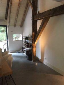 drijvers-oisterwijk-interieur-houten-spant-schoon-metselwerk-gietvloer-wit-stucwerk-verlichting-lichtplan-boerderij-landelijk-modern (3)