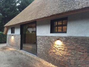 drijvers-oisterwijk-interieur-houten-spant-schoon-metselwerk-gietvloer-wit-stucwerk-verlichting-lichtplan-boerderij-landelijk-modern (4)