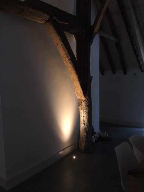 drijvers-oisterwijk-interieur-houten-spant-schoon-metselwerk-gietvloer-wit-stucwerk-verlichting-lichtplan-boerderij-landelijk-modern (7)