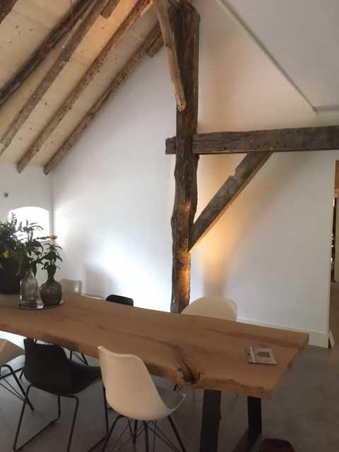 drijvers-oisterwijk-interieur-stoel-houten-spant-schoon-metselwerk-gietvloer-wit-stucwerk-verlichting-lichtplan-boerderij-landelijk-modern (8)