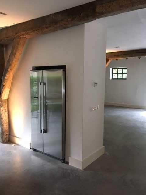 drijvers-oisterwijk-interieur-houten-koelkast-spant-schoon-metselwerk-gietvloer-wit-stucwerk-verlichting-lichtplan-boerderij-landelijk-modern (9)