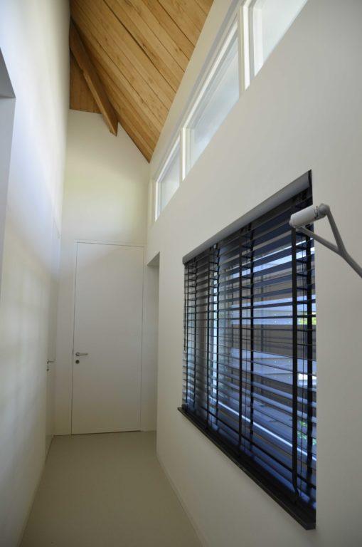 drijvers-oisterwijk-villa-boerderij-contrast-interieur-nieuwbouw-strak-modern-hout-landelijk-staal-deur-bakstenen-metselwerk-ramen-lichtinval-verlichting-wit-zwart (1)