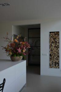 drijvers-oisterwijk-villa-boerderij-contrast-interieur-nieuwbouw-strak-modern-hout-landelijk-staal-deur-bakstenen-metselwerk-ramen-lichtinval-verlichting-wit-zwart (23)