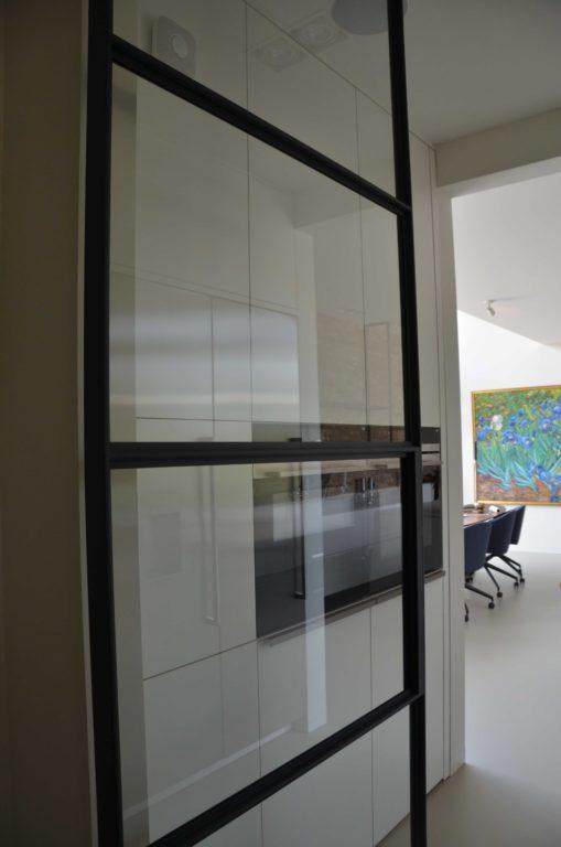 drijvers-oisterwijk-villa-boerderij-contrast-interieur-nieuwbouw-strak-modern-hout-landelijk-staal-deur-bakstenen-metselwerk-ramen-lichtinval-verlichting-wit-zwart (5)